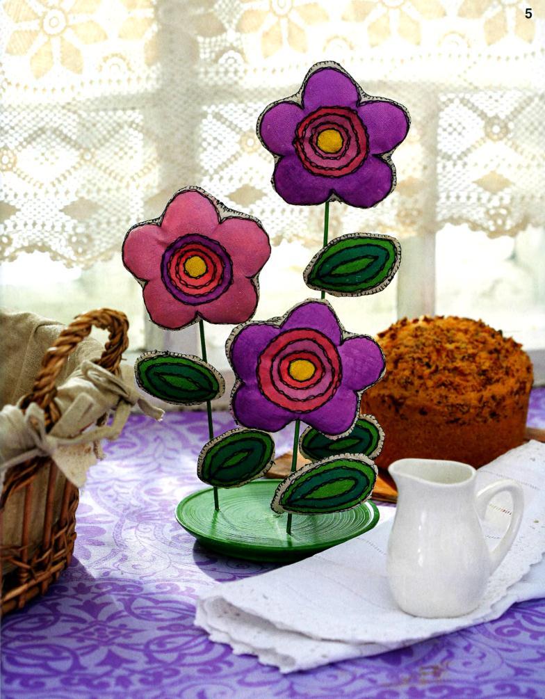 Красивые цветы из ткани на подставке